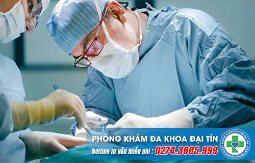 Phẫu thuật thường được áp dụng cho nam giới bị hiếm muộn liên quan đến tinh hoàn